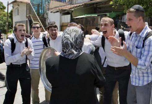 2014-08-09-JewishsettlerstauntaPalestinianwomanwhohasjustbeenevictedfromherhome-thumb