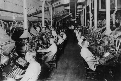 Linotype_operators_composing-1902_FreeUse